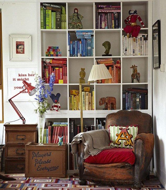 Renklerine göre bloklar halinde düzenlenmiş bir kitaplık