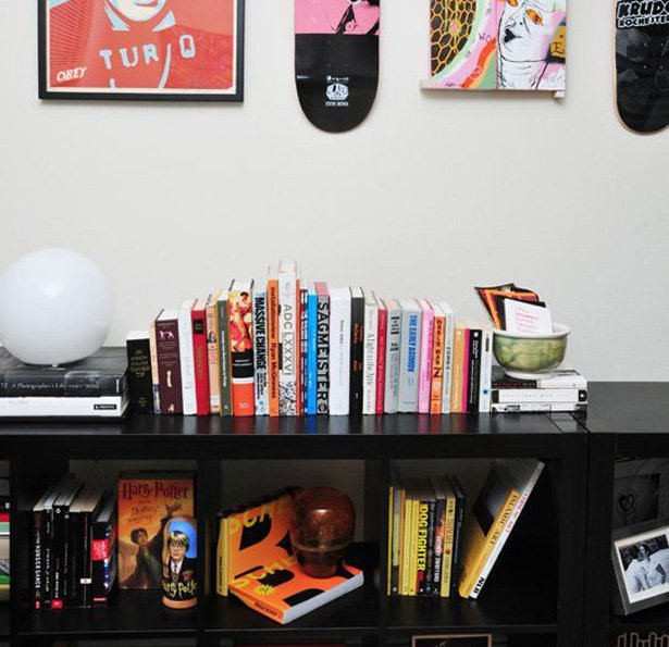 Boy sırasına göre düzenlenmiş bir kitaplık