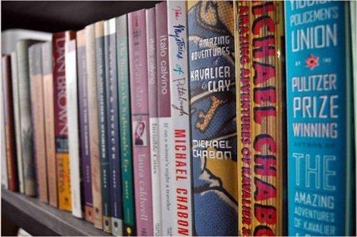 Alfabetik olarak düzenlenmiş bir kitaplık