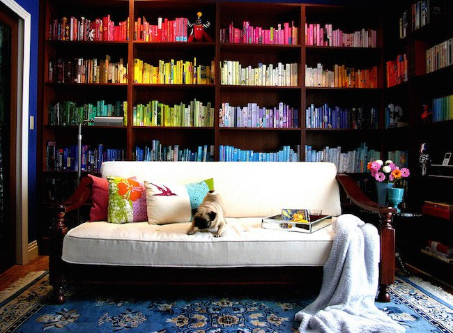 Renge göre düzenlenmiş bir kitaplık